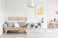 Pièce avec le sofa photo stock