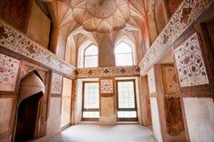 Pièce avec les fresques fanés sur les murs du palais dans Moyen-Orient Image stock