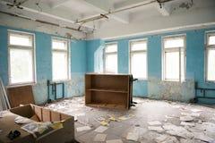 Pièce avec les meubles retournés dans la ruine dans Pripyat abandoné Images libres de droits