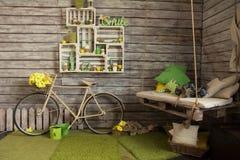 Pièce avec les murs en bois avec une vieille bicyclette Photo stock