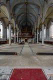 Pièce avec les plafonds peints fleuris avec une vue vers l'organe - église abandonnée Images libres de droits