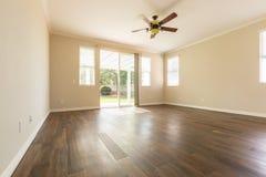Pièce avec les planchers et la fan de plafond en bois de finition photos stock