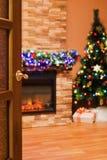 Pièce avec une cheminée électrique et un arbre de Noël Photos libres de droits