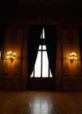Pièce baroque avec une grande fenêtre Photos stock
