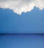 Pièce blanc de ciel bleu Photographie stock