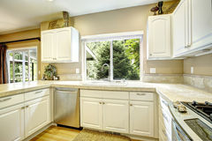 Pièce blanche de cuisine avec la fenêtre Images stock