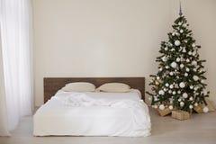 Pièce blanche de décor avec des cadeaux de Noël de nouvelle année de lit Photographie stock