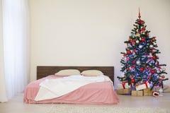 Pièce blanche de Noël de nouvelle année avec l'arbre de Noël 2018 2019 Photo libre de droits