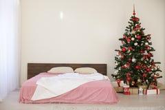 Pièce blanche de Noël de nouvelle année avec l'arbre de Noël 2018 2019 Photographie stock libre de droits