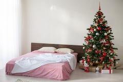 Pièce blanche de Noël de nouvelle année avec l'arbre de Noël 2018 2019 Photographie stock