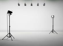 Pièce blanche de studio avec l'équipement, aucun corps 3d Images libres de droits