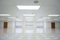 Pièce blanche et espace vide avec des fenêtres Images libres de droits