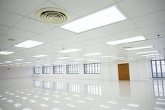 Pièce blanche et espace vide avec des fenêtres Image stock