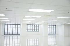 Pièce blanche et espace vide avec des fenêtres Image libre de droits