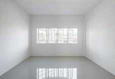 Pièce blanche légère vide avec des fenêtres Photographie stock