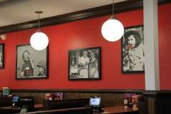 Pièce brillamment allumée avec les photos encadrées, restaurant amical du ` s, Saratoga, New York, 2018 Photographie stock libre de droits