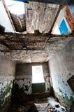 Pièce cassée dans la maison abandonnée Images stock