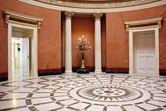 Pièce circulaire élégante dans un musée Images stock