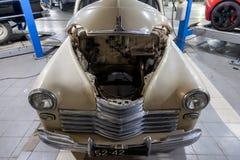Pièce classique russe de pobeda du gaz m20 de voiture de cru de l'histoire dans un atelier de réparations en bon état en état dém photos stock
