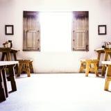 Pièce coloniale espagnole avec la basse fenêtre et le S en bois Image libre de droits