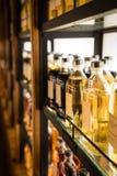 Pièce complètement des coffrets de whiskey stockant différents types de whiskey Photographie stock libre de droits