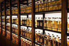 Pièce complètement des coffrets de whiskey stockant différents types de whiskey Images libres de droits