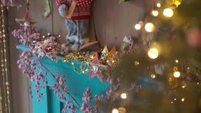 Pièce décorée de Noël avec le beaux arbre et cheminée de sapin banque de vidéos