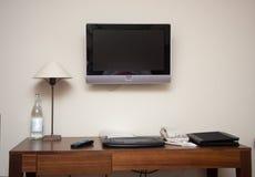 Pièce d'étude avec la lampe de téléphone de clavier de bureau et le poste TV d'affichage à cristaux liquides Photo stock