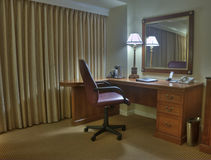 Pièce d'étude avec la lampe et le miroir de fauteuil Photos stock