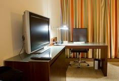 Pièce d'étude avec le bureau d'écriture et le poste TV Photo stock