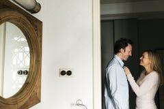 Pièce d'amour de couples habillée vers le haut du concept Image stock