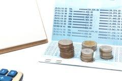 pièce d'or, calculatrice et compte bancaire à l'arrière-plan image stock