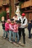 Pièce d'enfants dans des skis d'équipe Photographie stock libre de droits