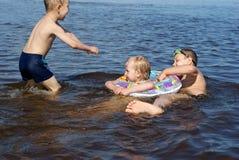 Pièce d'enfants dans le fleuve Images stock