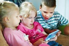 Pièce d'enfants sur la console de jeu Photos libres de droits