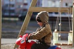Pièce d'enfants sur la cour de jeu Photos libres de droits