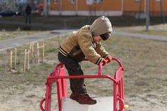 Pièce d'enfants sur la cour de jeu Photos stock