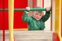 Pièce d'enfants sur la cour de jeu Première source Photographie stock