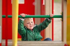 Pièce d'enfants sur la cour de jeu Première source Images stock