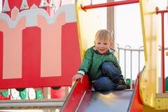 Pièce d'enfants sur la cour de jeu Première source Photo libre de droits