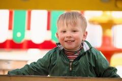 Pièce d'enfants sur la cour de jeu Première source Photographie stock libre de droits