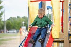 Pièce d'enfants sur la cour de jeu Première source Photo stock