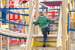 Pièce d'enfants sur la cour de jeu Première source Photos stock
