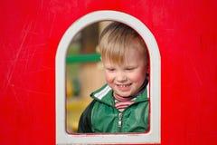 Pièce d'enfants sur la cour de jeu Première source Photos libres de droits