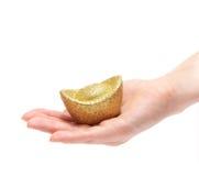 Pièce d'or retenant en fonction une main Images stock