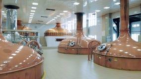 Pièce d'usine avec de grands réservoirs, bière de brassage banque de vidéos