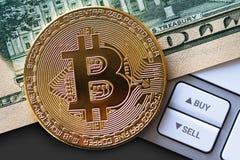 Pièce de Bitcoin sur le billet d'un dollar avec des boutons Photographie stock