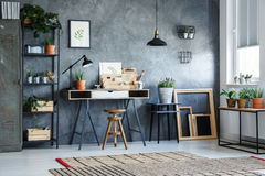 Pièce de bureau avec le mur gris Images stock