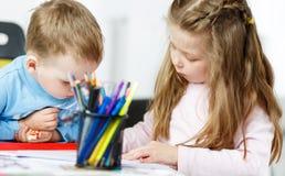 Pièce de Childs Petit garçon et fille passant le temps ensemble Photographie stock libre de droits