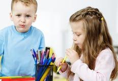Pièce de Childs Petit garçon et fille passant le temps ensemble Image stock